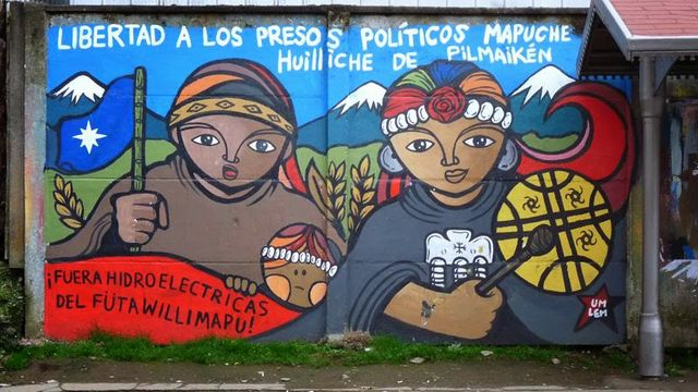 This banner demands the freeing of Mapuche political prisoners – but also the closure of the big hydroelectric project in Mapuche claimed territory.